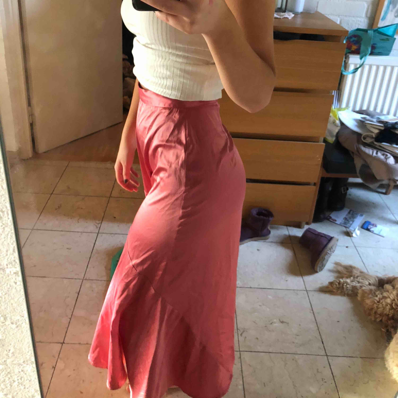 Världens snyggaste kjol i ballaste färgen! Så snygg till någon stickad tröja i vinter💕💕💗. Kjolar.