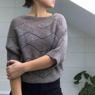 En stickad brun tröja från Italien. Fina mönster och fin passform!