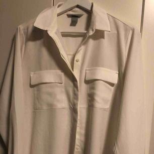 Underbar blus/skjorta med två stora fickor (trendalert!!) 💟 Använd ett fåtal gånger. Knapparna är snyggt dolda. Strl 38 från H&M