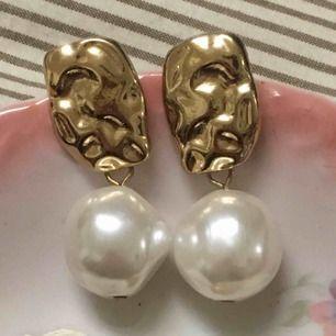 Fina pärlörhänge med guld detaljer. Frakt 10kr