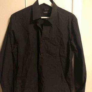 Svart skjorta från Adam i strl M 🖤 Köpt secondhand och använd endast ett fåtal gånger. Perfekt skick. Så snygg att ha off shoulder! Skicka för mer info och bilder