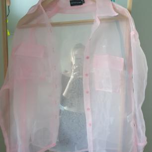 Genomskinlig rosa skjorta (den är mer rosa i verkligheten än på bild) från pretty little thing