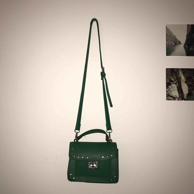 Grön väska från stradivarius som tyvärr inte kommer till användning längre, det långa bandet går att ta av!🐸🥦🧩🚛🔋🧪💚. Accessoarer.