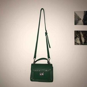 Grön väska från stradivarius som tyvärr inte kommer till användning längre, det långa bandet går att ta av!🐸🥦🧩🚛🔋🧪💚