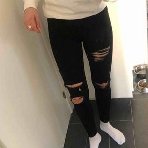 Snygga rippade jeans från topshop i superskönt material! Väldigt stretchiga så passar nog någon med både större och mindre storlek också. Jag är 178 och de går nästan ända ner till mina anklar. Väldigt sparsamt använda! Köparen står för frakt 🥰🤩