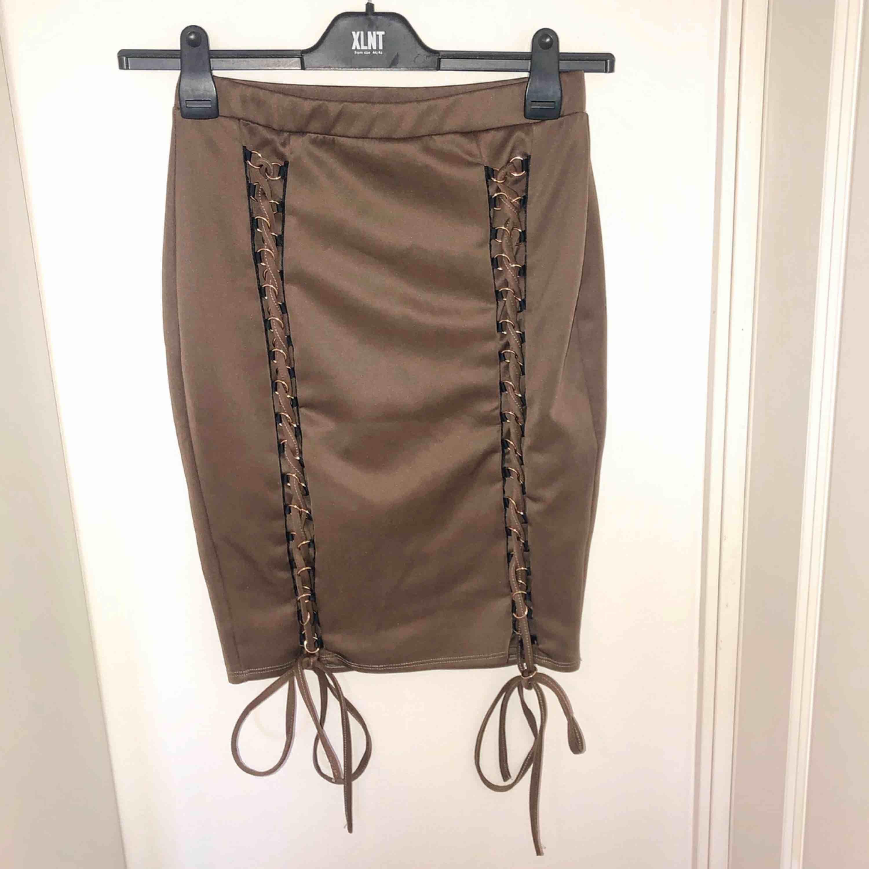 Säljer en kjol köpt från Nelly, oanvänd och bara testad en gång. Storlek L men passar även en M.. Kjolar.