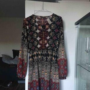 Bohemisk klänning, transparent överdel och armar. Passar fint på festivaler och liknande. :)