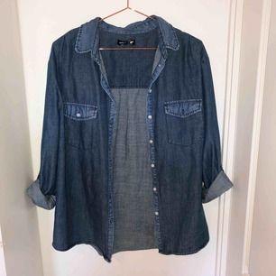 Jeansskjorta från BikBok i storlek L, men passar även en M. Använt en gång men i perfekt skick. Köpt för 399 kr.