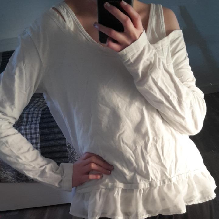 Tunn och bekväm tröja. Volangdetalj vid tröjans slut. Den är också snygg att ha som off-shoulder. Frakt står köpare för!. Tröjor & Koftor.