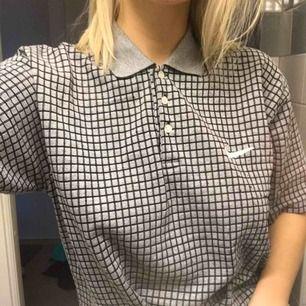 Nike skjorta köpt här på plick! Används sällan så den söker en ny ägare! Pris inkl frakt 🚚