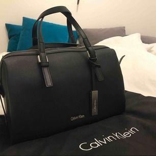 Calvin Klein väska! Köpte på Zalando för 1395kr Ser ut som ny, jätte bra väska finns jätte mycket plats i väskan.