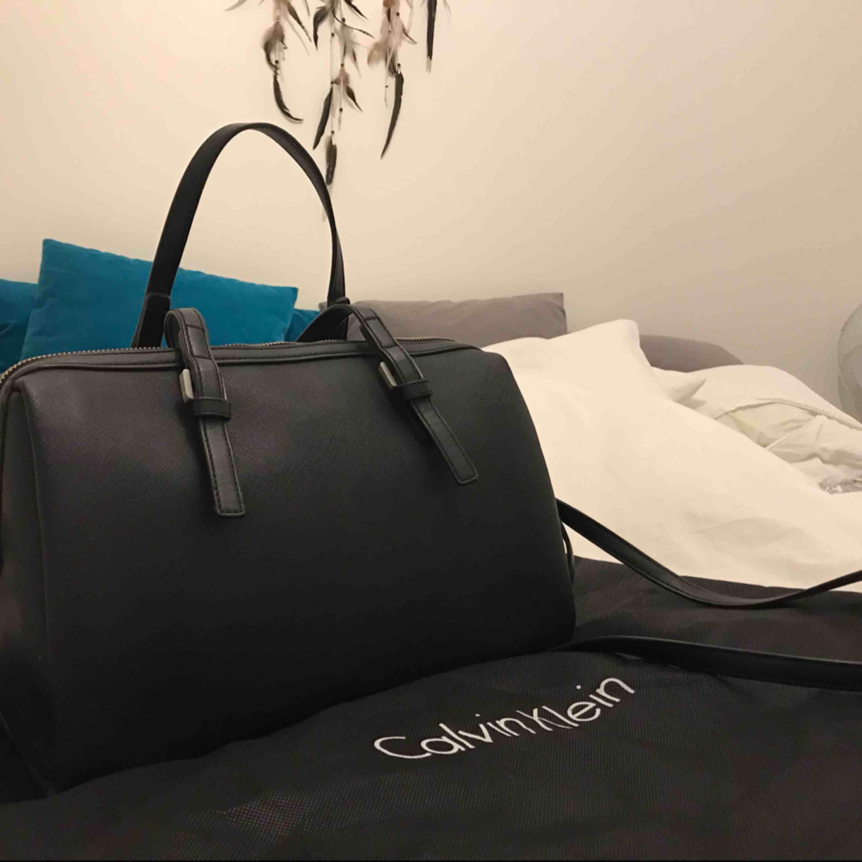 Calvin Klein väska! Köpte på Zalando för 1395kr Ser ut som ny, jätte bra väska finns jätte mycket plats i väskan.   . Väskor.