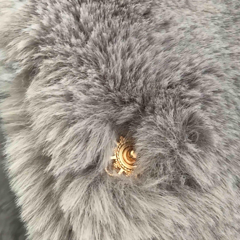 Insida av siden och en utsida av mysig fejkad päls. Guldiga knappar som knappt 😉 syns och en ficka på vardera sida. Jackan säljes i nyskick med etiketten kvar, då jag troligtvis inte stannar i Sverige denna vintern. Nypris 1199:-.   INKLUSIVE FRAKT. Jackor.
