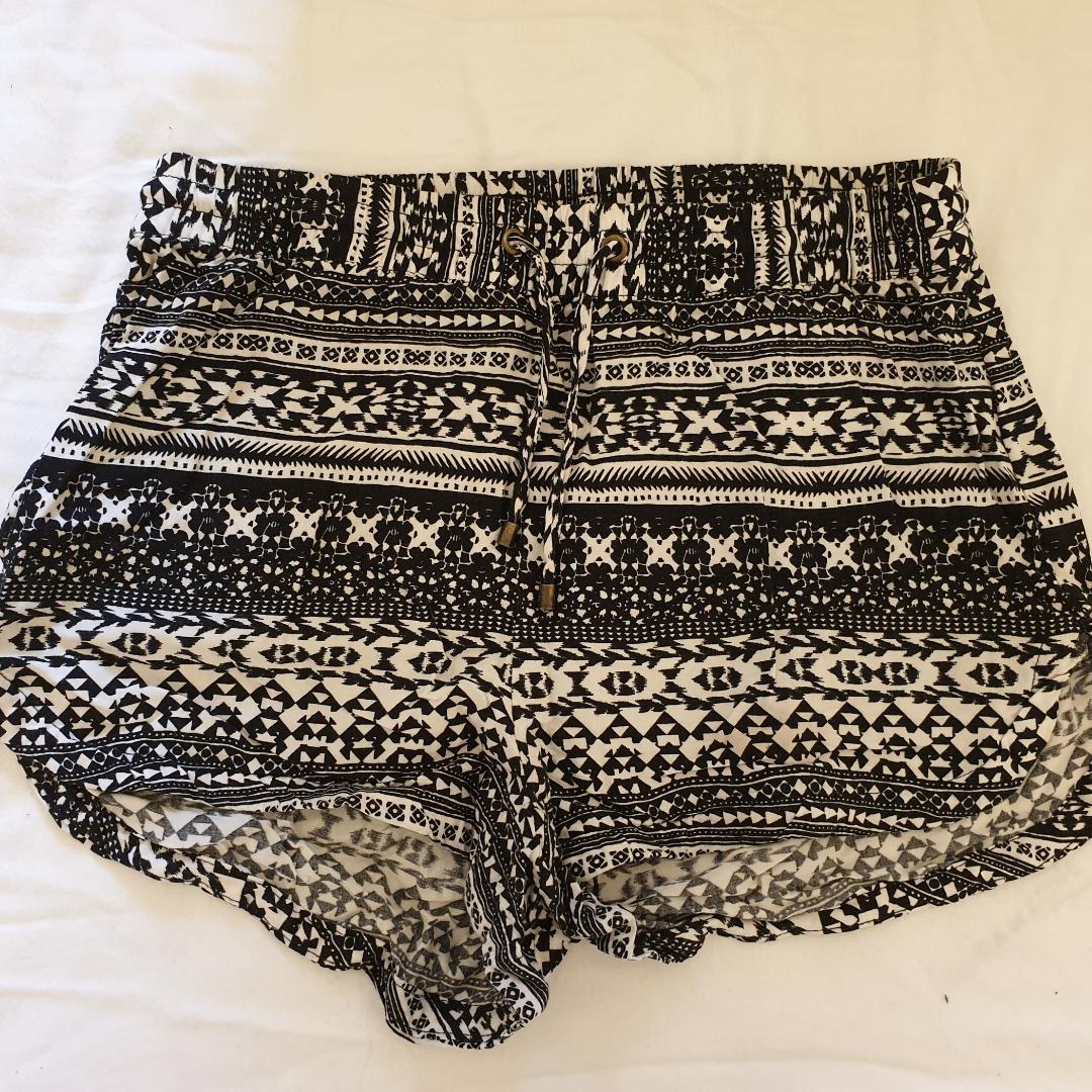 Svart och vit mönstrade shorts. Frakt tillkommer! . Shorts.