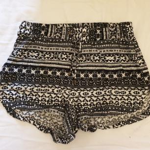 Svart och vit mönstrade shorts. Frakt tillkommer!