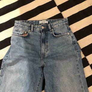 Ett par fina jeans från pull and bear💕💕 säljer de pågrund av att de är för små för mig🥺