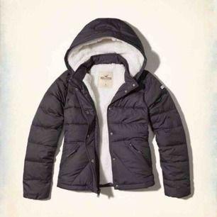 Säljer min jacka i marinblå ny pris är 1800 så det är ett bra pris. Jackan är mjuk och varm så man fryser inte. Jag kan mötas upp i stockholm eller frakta men frakten kommer bli väldigt dyr eftersom en jacka väger mycket.❤️❤️