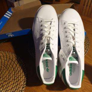 Helt oanvända Adidas Stan Smith-sneakers med ordinarie kartong.