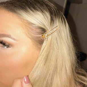 3 st sjukt fina och trendiga hårspännen med guld, pärlor och diamanter. Säljer pga var ett spontanköp och använder inte hår-smycken.  Köp alla för 100 kr eller skriv om du vill köpa en separat ✨