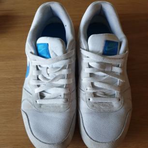 Vita sneakers från Nike Bra skick