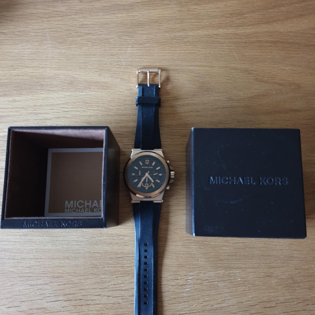 Schysst klocka från Michael Kors Originalförpackning medföljer Kanonbra skick Används sällan, så batteriet behöver bytas. Accessoarer.