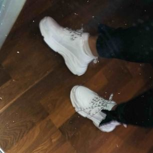 Aldrig använda, finns inte heller kvar på hemsidan. Snygga vita sneakers från Nelly!! 💞köparen står för frakten💞 följer även med ett par hel vita snören