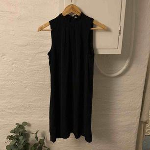 Superfin volangpolo klänning från H&M, aldrig använd