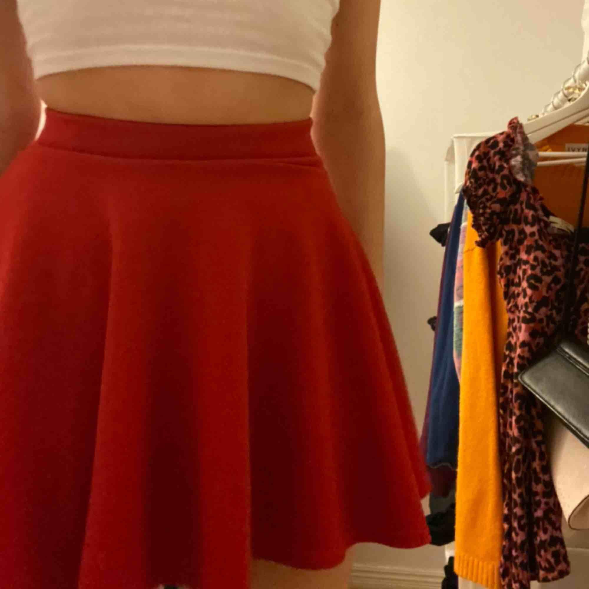 Röd skater kjol från madlady ❤️🚗💄🍓🍷❣️📌 möts gärna upp i sthlm. Kjolar.