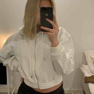 Vit hoodie med dragkedja💓 Frakt ingår ej i priset📦