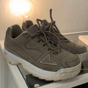 Fina sparsamt använda skor (lite smuts på sulan men går enkelt bort)💓 nyköpta i oktober  Frakt ingår ej i priset📦