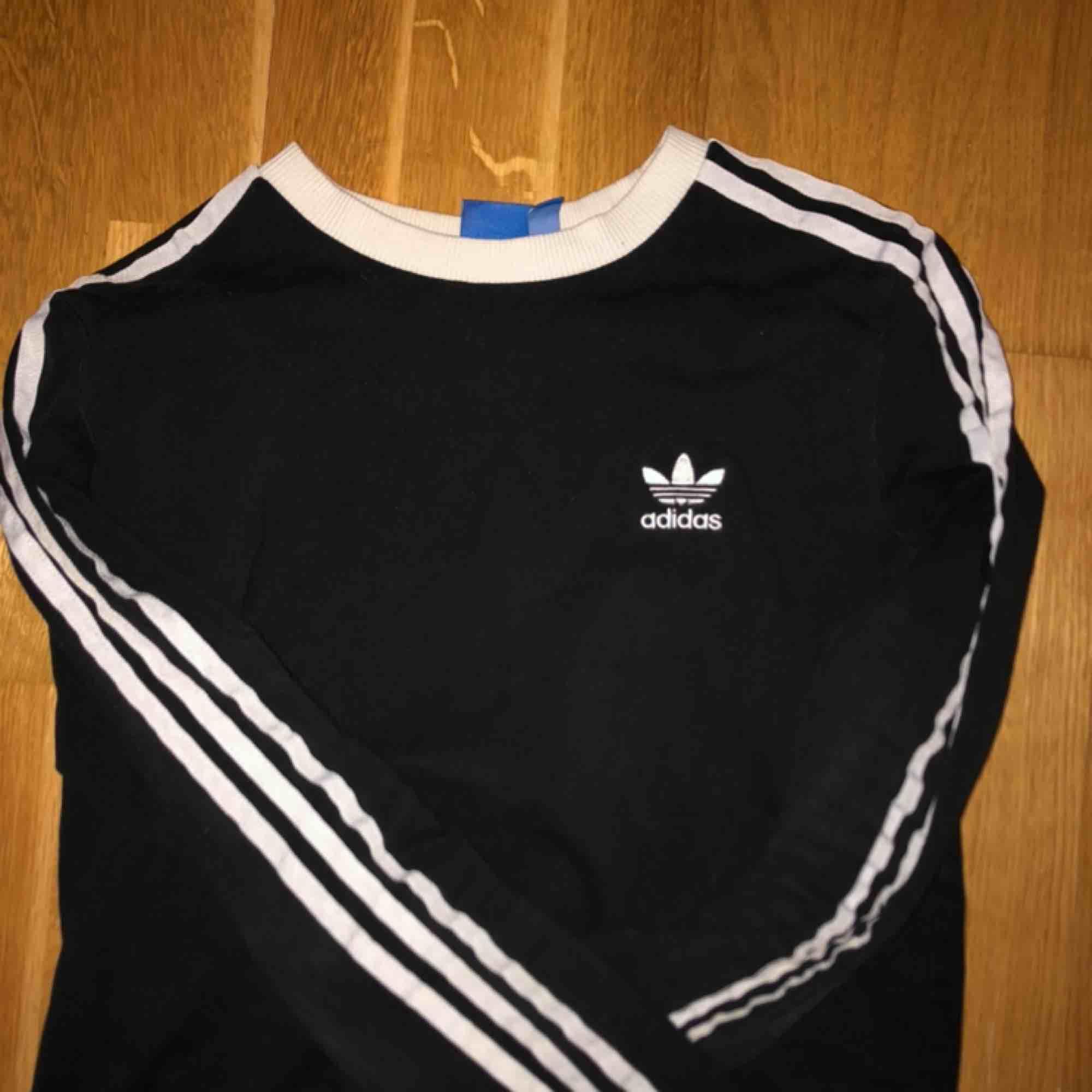 Adidas tröja köpt från zalando 300kr, frakt 60kr. Tröjor & Koftor.