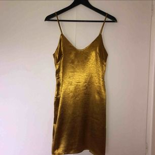Gratis frakt! Helt ny klänning med lappar kvar! Jättesnyggt att ha polo eller tshirt under! Perfekt till jul och nyår 🥰