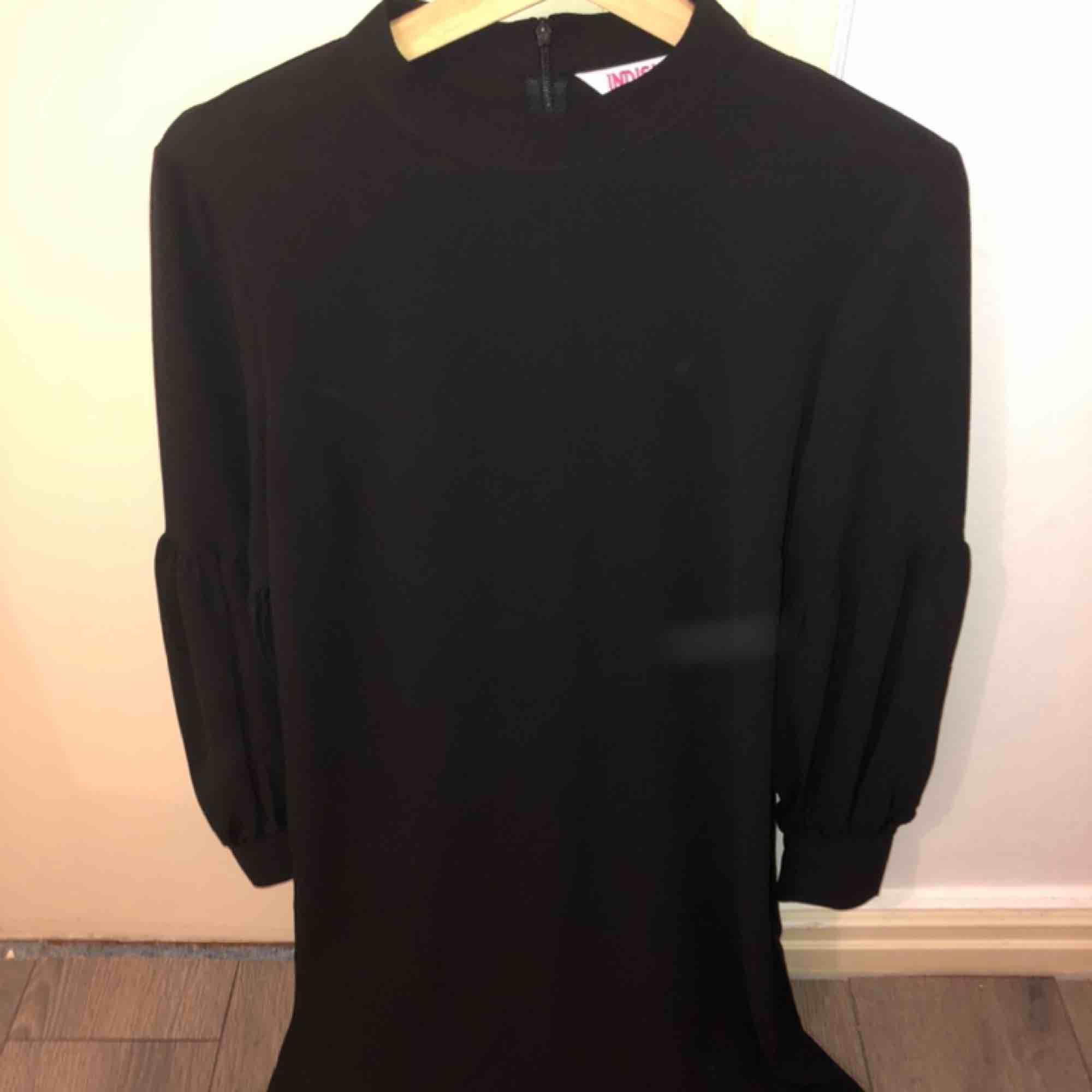 Jätte fin klänning från INDISKA. Aldrig använd. Fina ärmar (bild). Passar till vardag. Kan postas.. Klänningar.