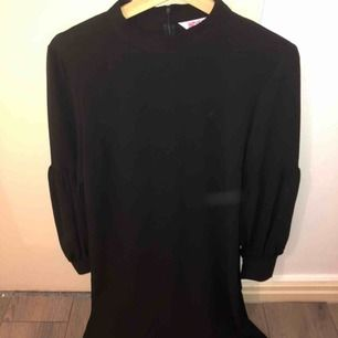Jätte fin klänning från INDISKA. Aldrig använd. Fina ärmar (bild). Passar till vardag. Kan postas.