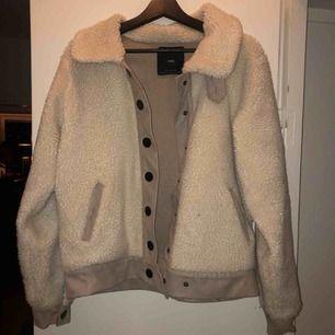 Jacka från Zara i fint skick, inte supertjock men funkar till vintern med tjocktröja och mössa. Frakt blir 90 kr.