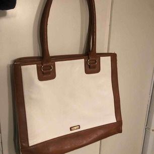 Köpt på Aldo i England aldrig använd. Väskan är 36cm bred och 30cm lång.