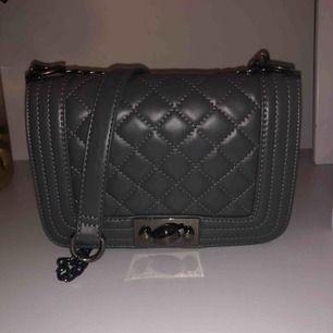 En grå väska