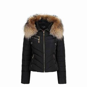Jag BYTER min Hollies jacka mot en liknande i samma storlek men längre, vill att den ska täcka rumpan, denna är sparsamt använd och använd i två vintrar, köpte den i Mall Of Scandinavia för 3.998kr