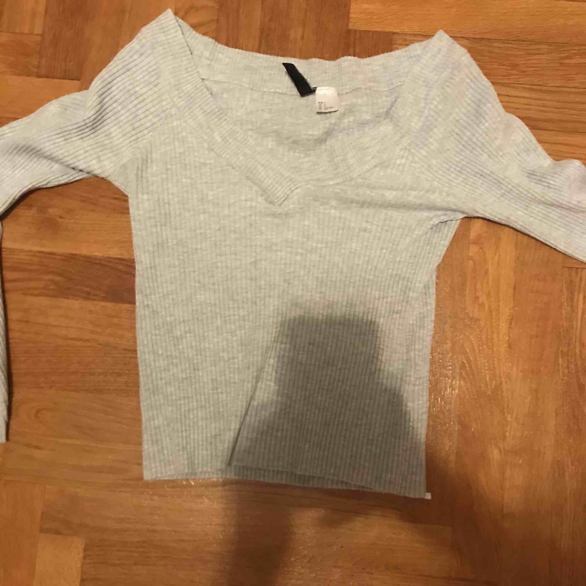 Inte använd, en fin grå tröja. Blusar.