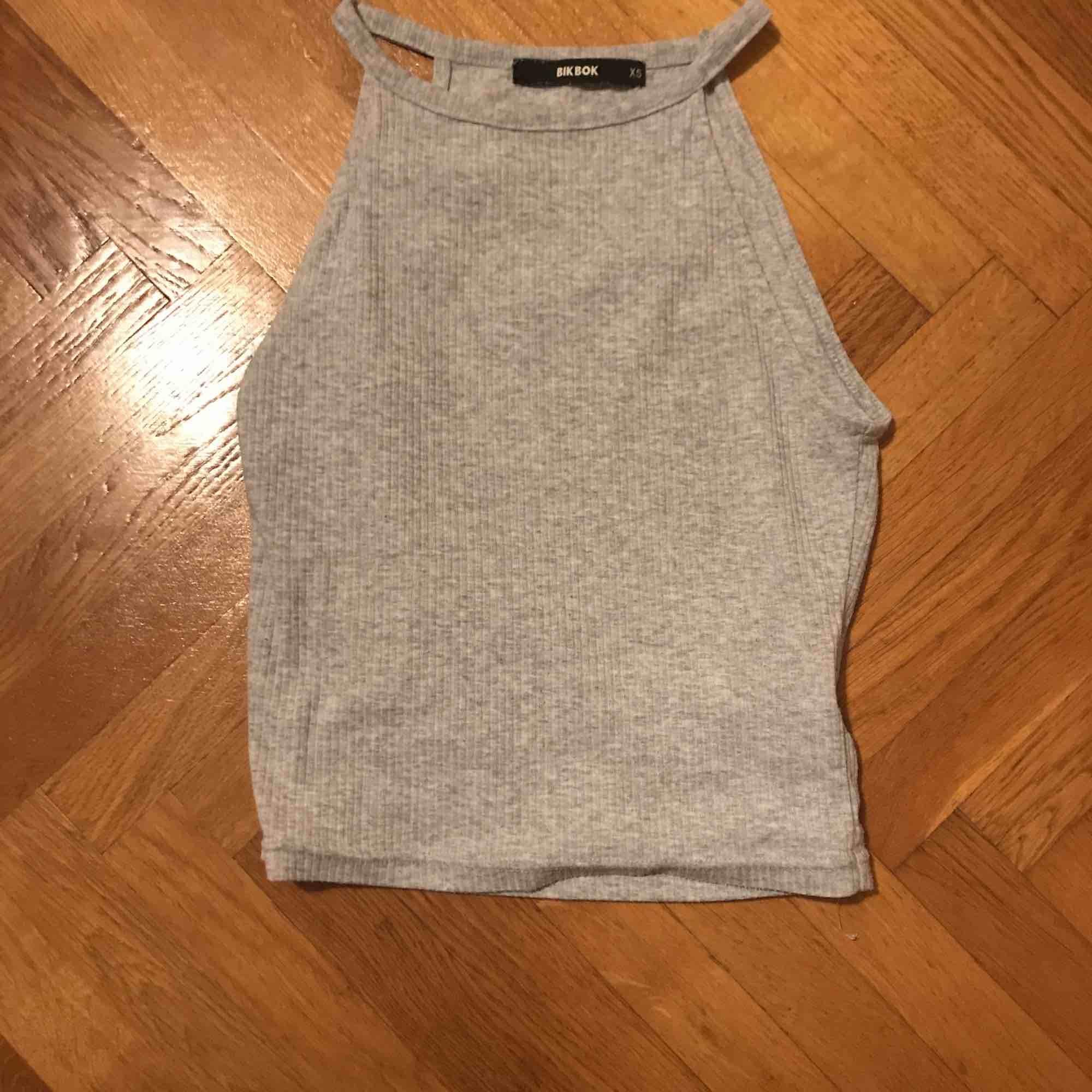 En liten fin grå tröja. Blusar.
