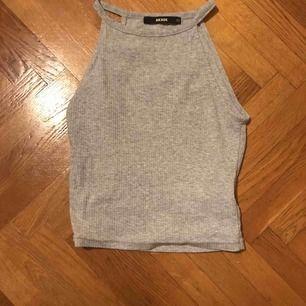 En liten fin grå tröja