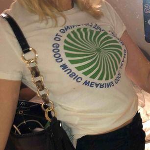 """t-shirt från levis med texten """"nice people listening to good music wearing cool jeans"""". knappt använd så i mycket fint skick!! frakt är inkluderat i priset <33"""