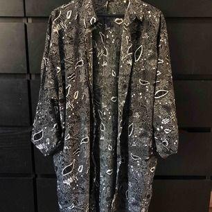 Lång blus/ klänning med fickor från Monki. Nästintill oanvänd därav i väldigt gott skick. Frakt tillkommer och betalning sker via swish.