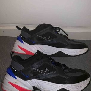 Jättesnygga Nike skor som inte kommer till användning, använda ett fåtal gånger och går såklart att bli mer rena än vad de är på bild. Frakt tillkommer! (Säljer åt min bror)