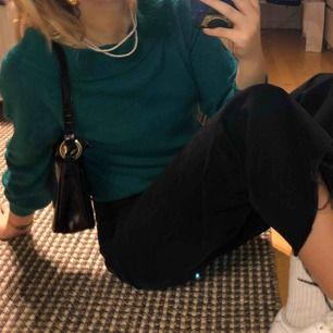 jättemysig tröja från Gina i VÄRLDENS finaste gröna färg! knappt använd men lite nopprig. frakt är inkluderat i priset💕✨💜
