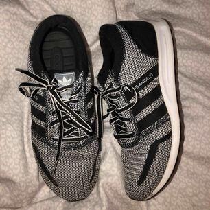 supersköna och snygga sneakers från adidas originals. använd ute runt 3 ggr, så gott som nya!! frakt inkluderat i priset ✨🤩💕