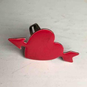 Ring med hjärta, liten fläck på bilden men nu borta💕💕 frakt 9 kr, storlek går att justera :)