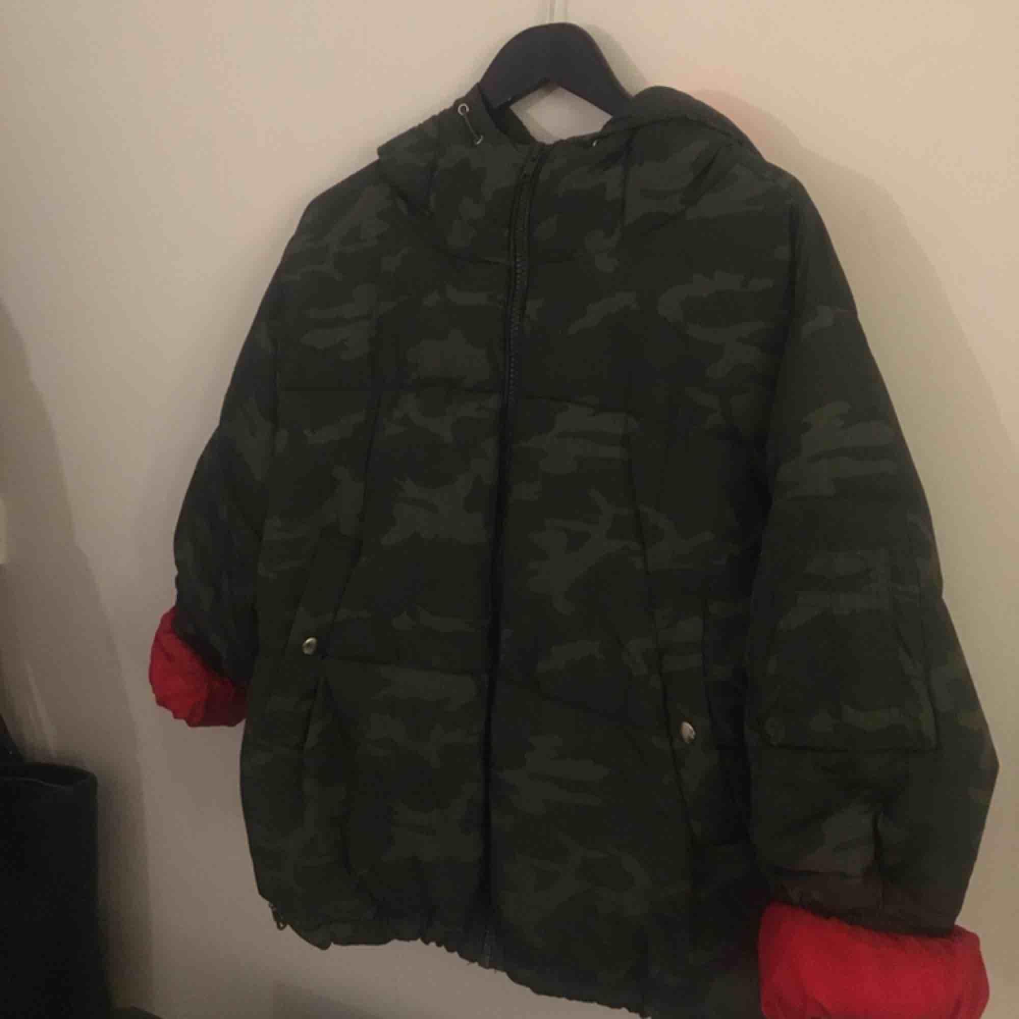 Riktigt cool militär puffer jacket som tyvärr inte kommer till användning. Väldigt varm & skön!. Jackor.