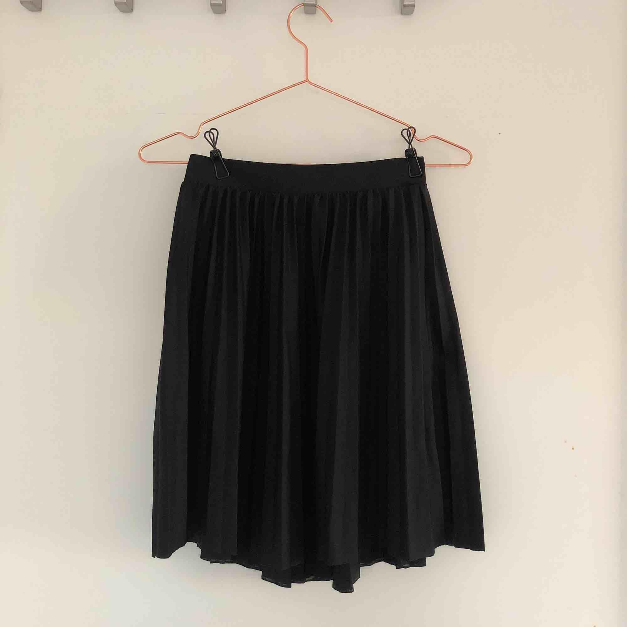 En avklippt kjol från lager 157, slutar ungefär vid knäna på mig som är 160 cm. Skriv meddelande för fler bilder🥳🥳. Kjolar.