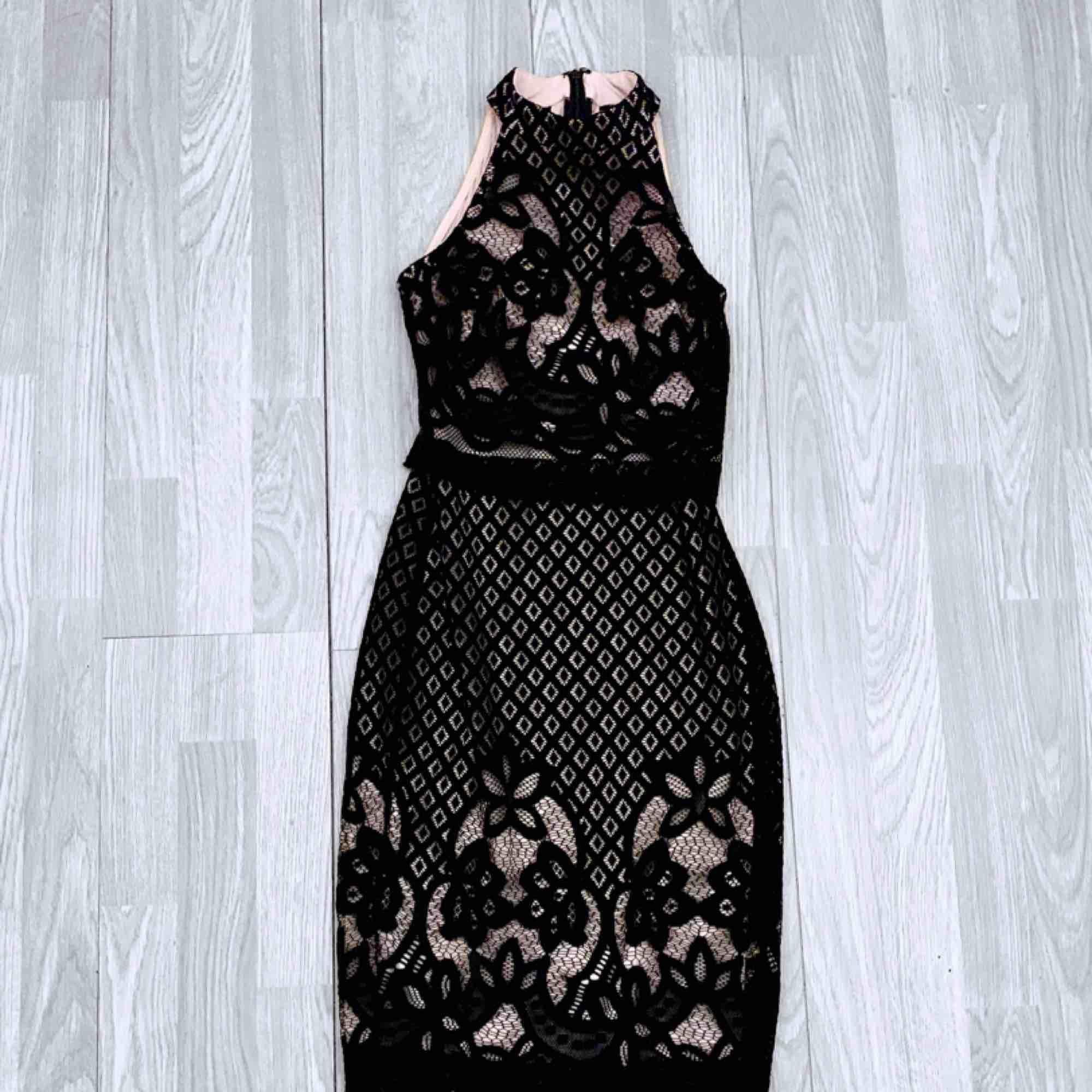 Svart/beige klänning med spets från asos storlek 32, fint skick.  Möts upp i Stockholm eller fraktar.  Frakt kostar 59kr extra, postar med videobevis/bildbevis. Jag garanterar en snabb pålitlig affär!✨. Klänningar.